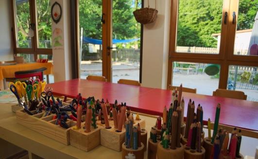 im Atelier stehen viele Stifte bereit